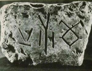 Камень с рунами